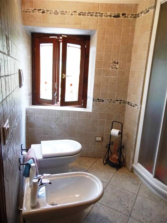 bagno con finestra e doccia