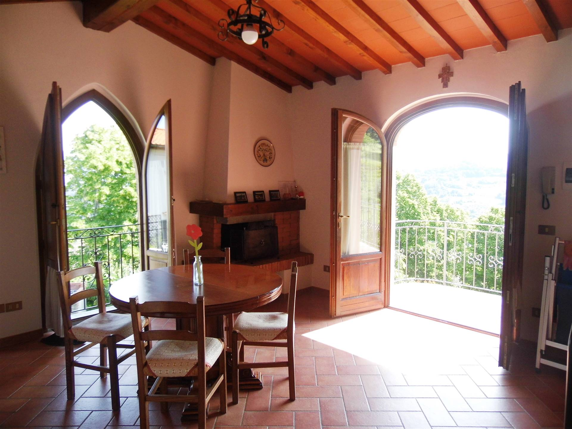 soggiorno con 2 finestre