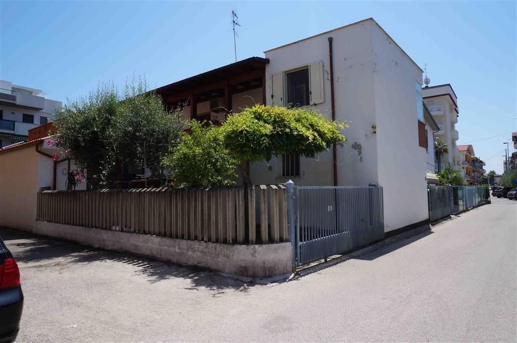 Soluzione Indipendente in vendita a Alba Adriatica, 4 locali, prezzo € 95.000   CambioCasa.it