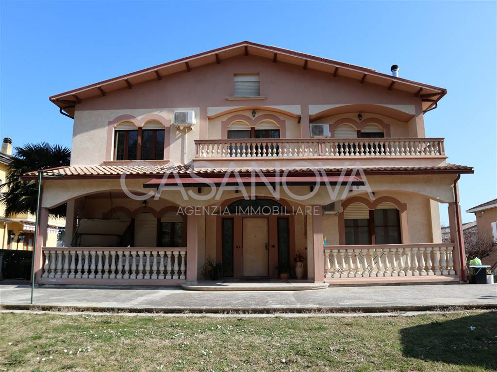 Villa in GIULIANOVA 300 Sq. mt. | 4 Rooms - Garage