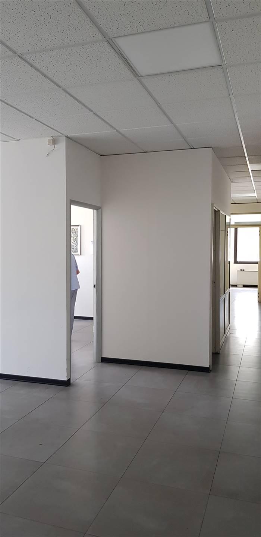 Sesto Fiorentino, località Osmannoro, in zona di facile raggiungimento, in condominio direzionale di rappresentanza, ottimo ufficio di 230 mq