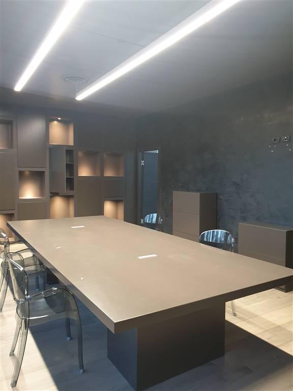 Sesto Fiorentino, località Osmannoro, in zona di facile raggiungimento, fondo commerciale di 350 mq al piano terra con 8 vetrine fronte strada ,
