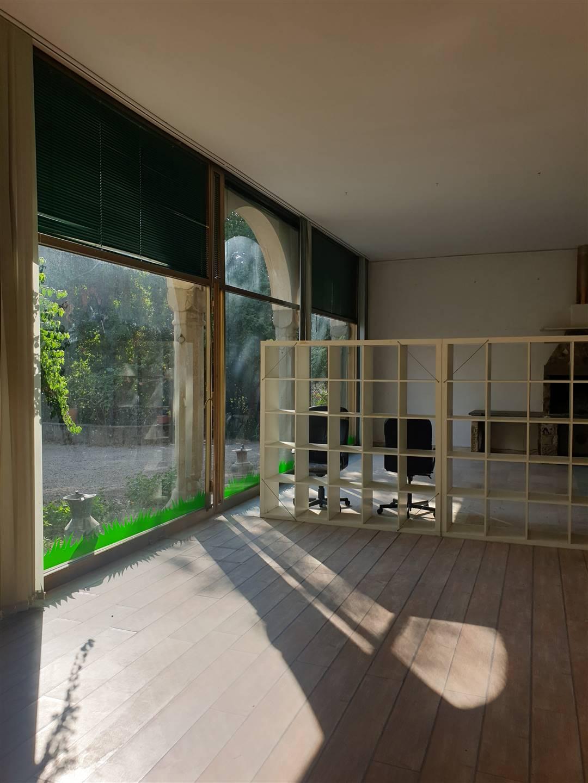 Firenze, in zona Le Cure, ufficio di prestigio avente una superficie di 180 mq circa. Immobile attualmente composto da 3 stanze ad uso ufficio, un