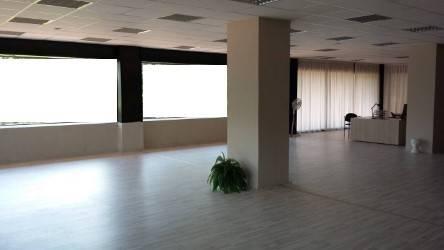 Prato, in zona Viale della Repubblica, proponiamo negozio completamente al piano terra ed avente una superficie complessiva di 220 mq. L'unità