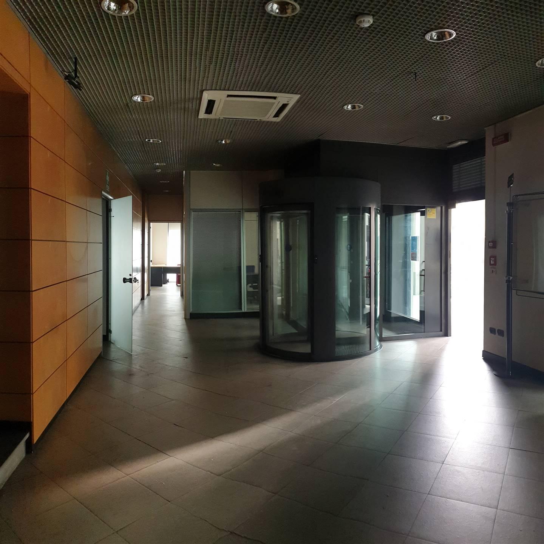 Sesto Fiorentino, in zona centrale e con moltissima visibilità, proponiamo negozio di 195 mq, completamente al piano terra e con numerose vetrine