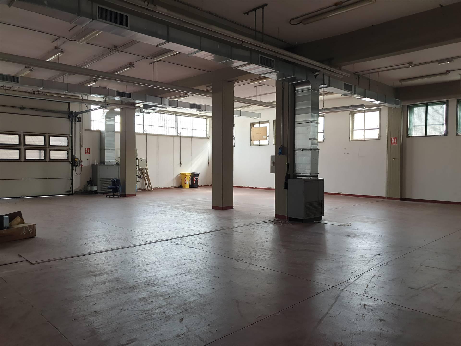 Sesto Fiorentino, in zona Osmannoro, proponiamo magazzino completamente al piano terra e avente superficie di 340 mq. L'unità dispone di un'altezza
