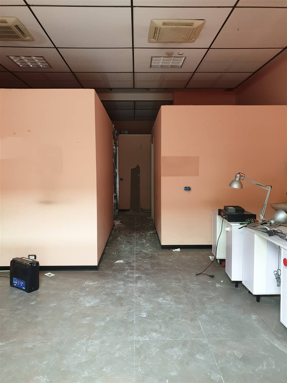 Sesto Fiorentino, in zona Osmannoro, proponiamo negozio completamente al piano terra e avente superficie di 85 mq circa. L'unità dispone di