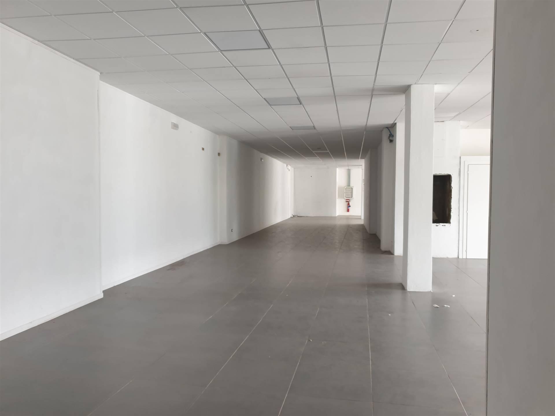 Prato, proponiamo, in posizione dotata di altissima visibilità, fondo commerciale avente superficie di 390 mq. Negozio in buone condizioni e dotato