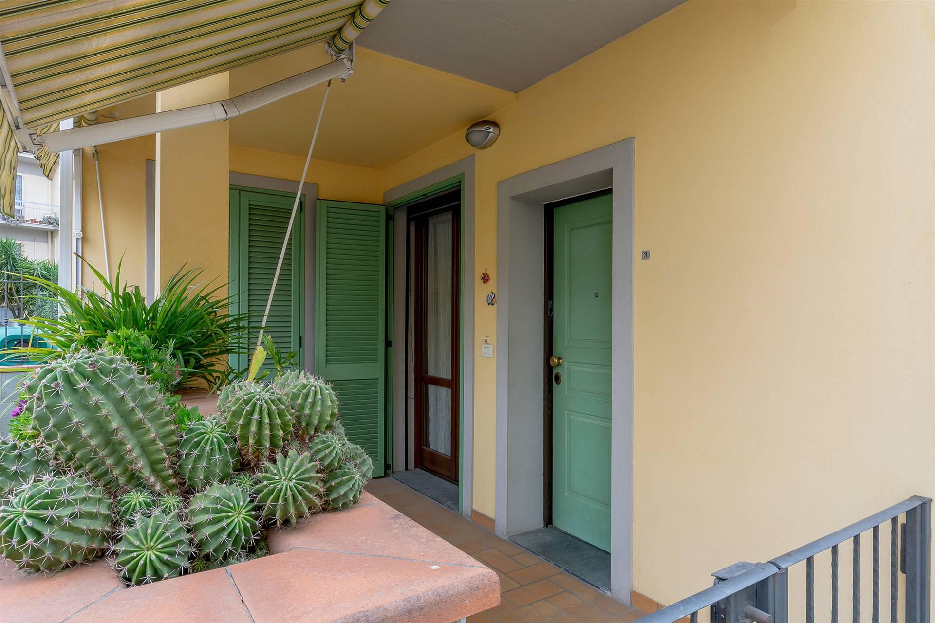 NOSTRA ESCLUSIVA. Campi Bisenzio, piazza Aldo Moro pressi, in contesto centrale e ben servito, proponiamo in vendita delizioso appartamento TRIVANI