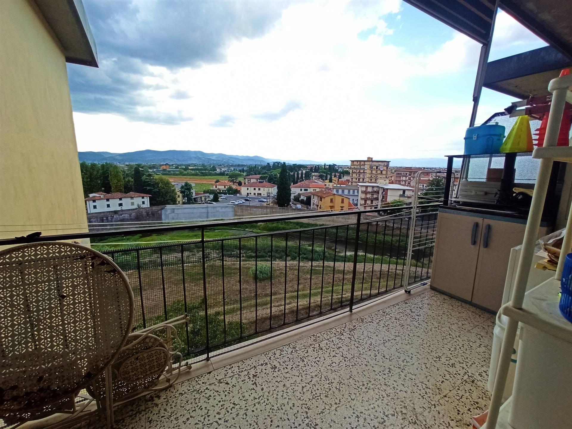 Campi Bisenzio, zona Santo Stefano, in contesto arioso e ben servito, a due passi dal centro storico, proponiamo in vendita accogliente appartamento