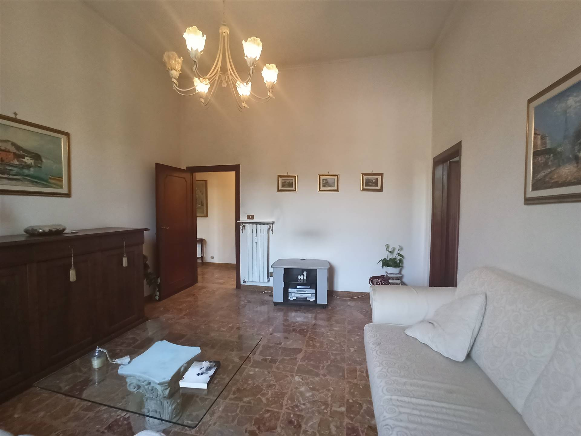 Sesto Fiorentino, zona Quinto Basso, in contesto verdeggiante e ben servito, a due passi dal parco di Quinto, proponiamo in vendita un ampio