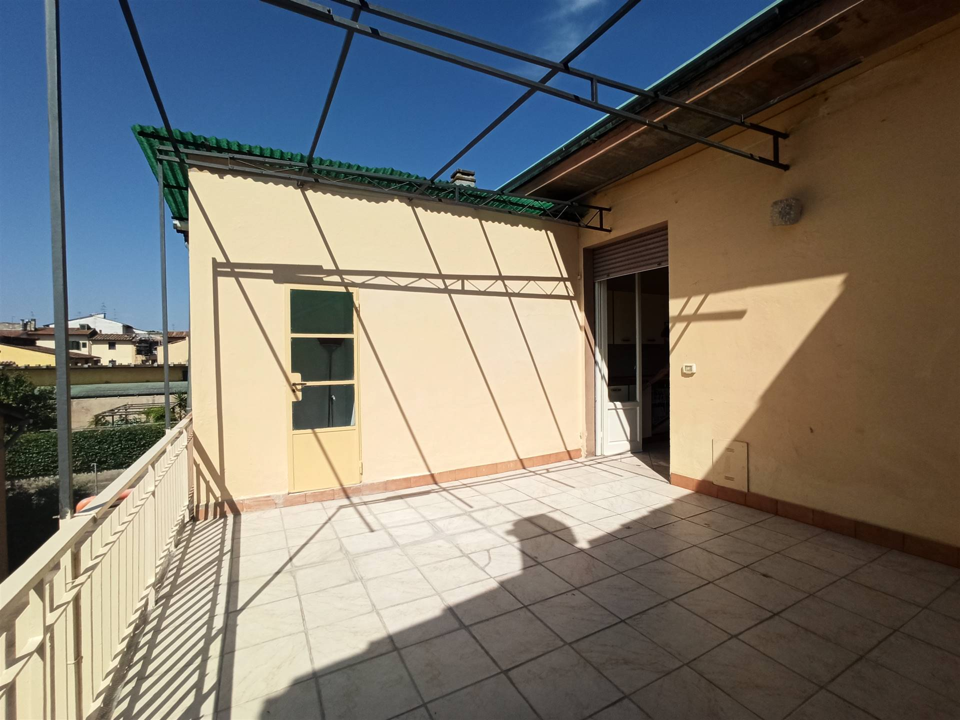 Campi Bisenzio, località San Donnino, in contesto tranquillo e ben servito, a due passi dalla periferia di Firenze, proponiamo in vendita un LUMINOSO