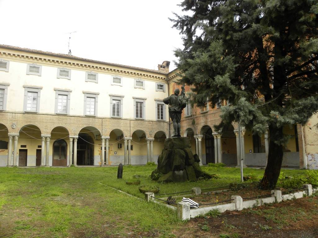 Palazzo, P.zza Borgo, Piacenza, da ristrutturare