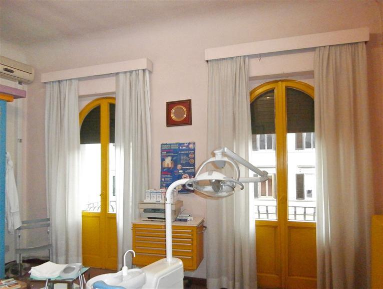 stanza 1 con grandi finestra