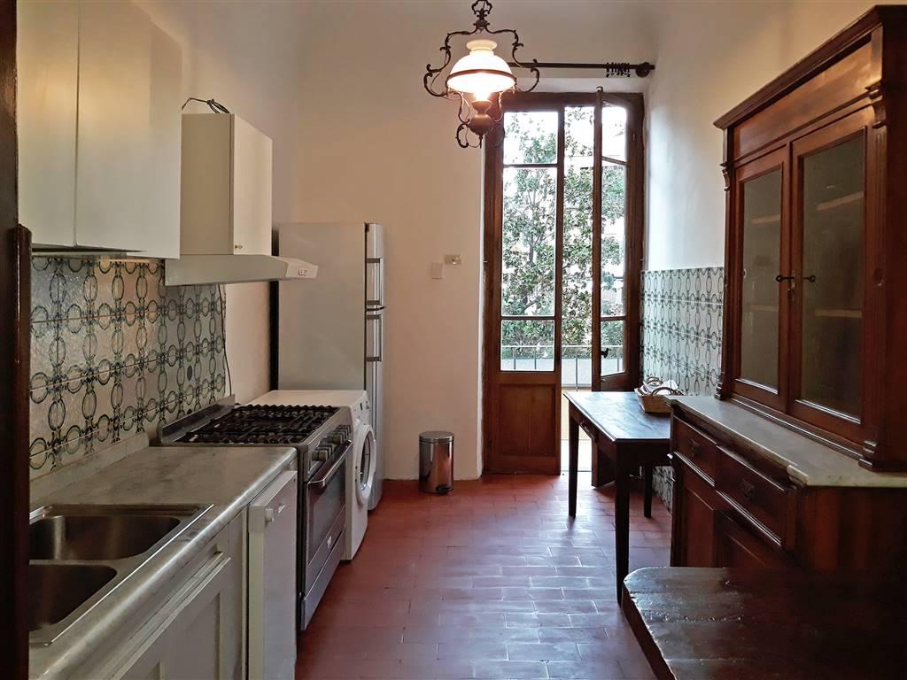 cucina attrezzata con balcone