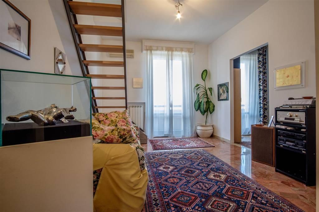 soggiorno con accesso al terrazzo e al 2' livello