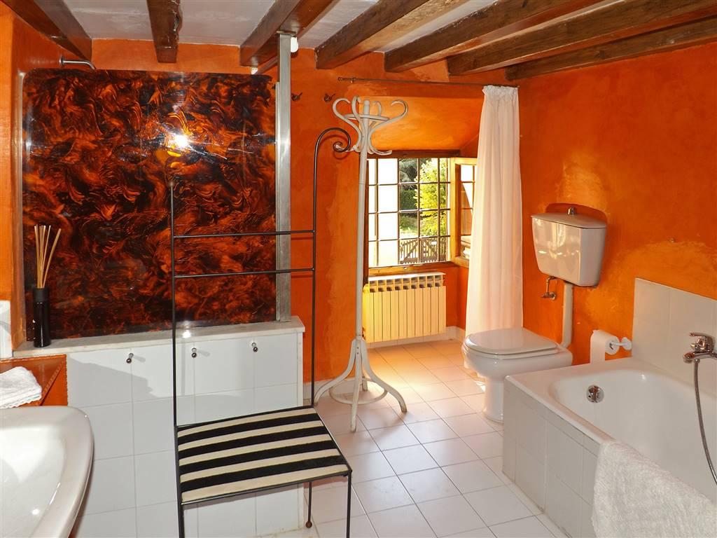 raffinato bagno con vasca e doccia