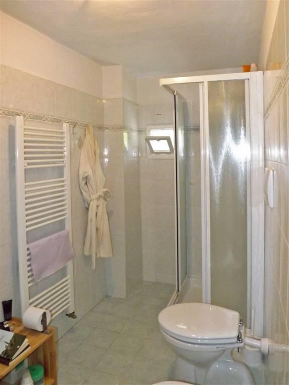 ampio bagno finestrato con doccia