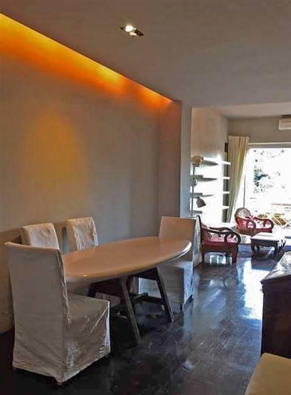 soggiorno con zona pranzo e accesso al terrazzo
