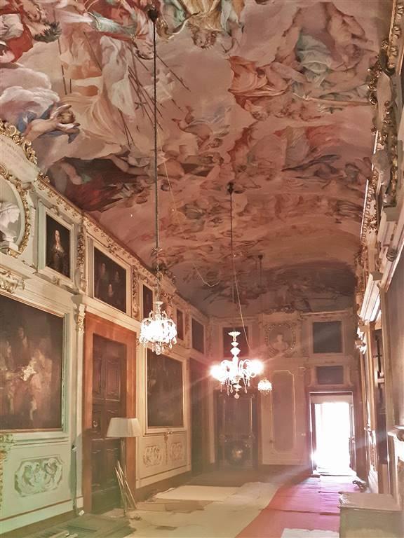 galleria affrescata in fase di restauro