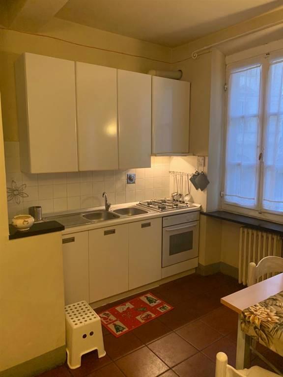 soggiorno con angolo cottura e zona pranzo