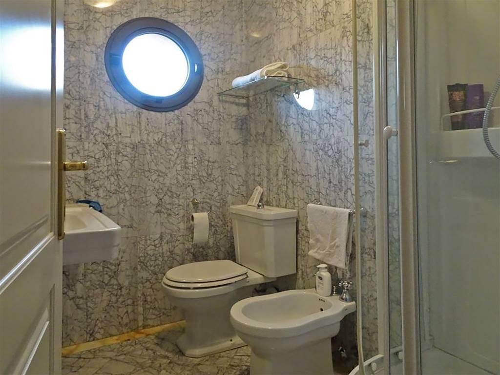 bagno con doccia finestrato