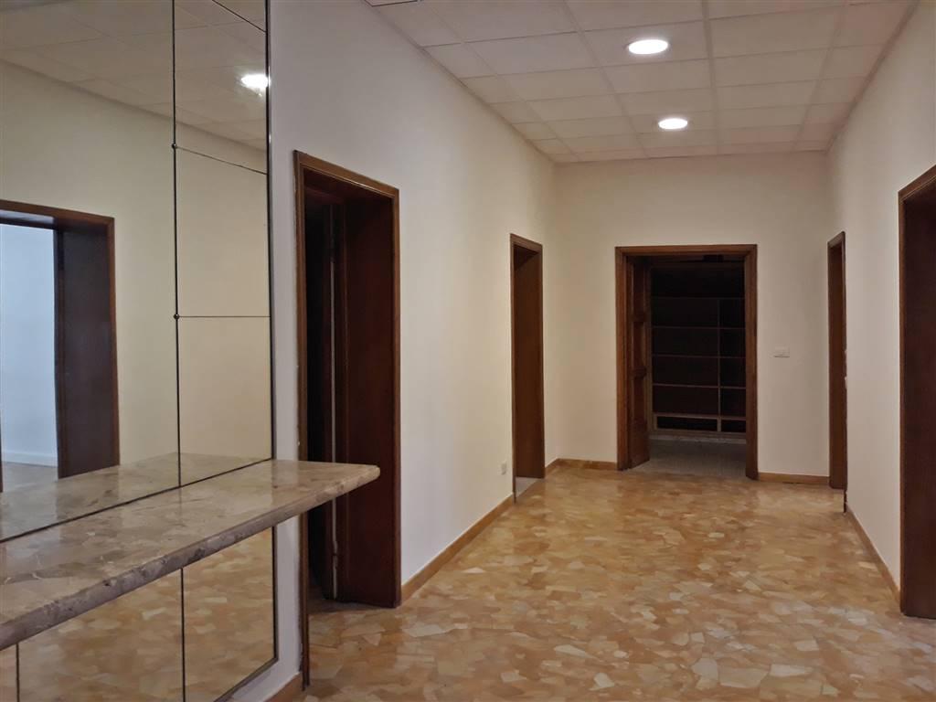 Ufficio / Studio in affitto a Firenze, 5 locali, zona Zona: 16 . Le Cure, prezzo € 2.100 | CambioCasa.it