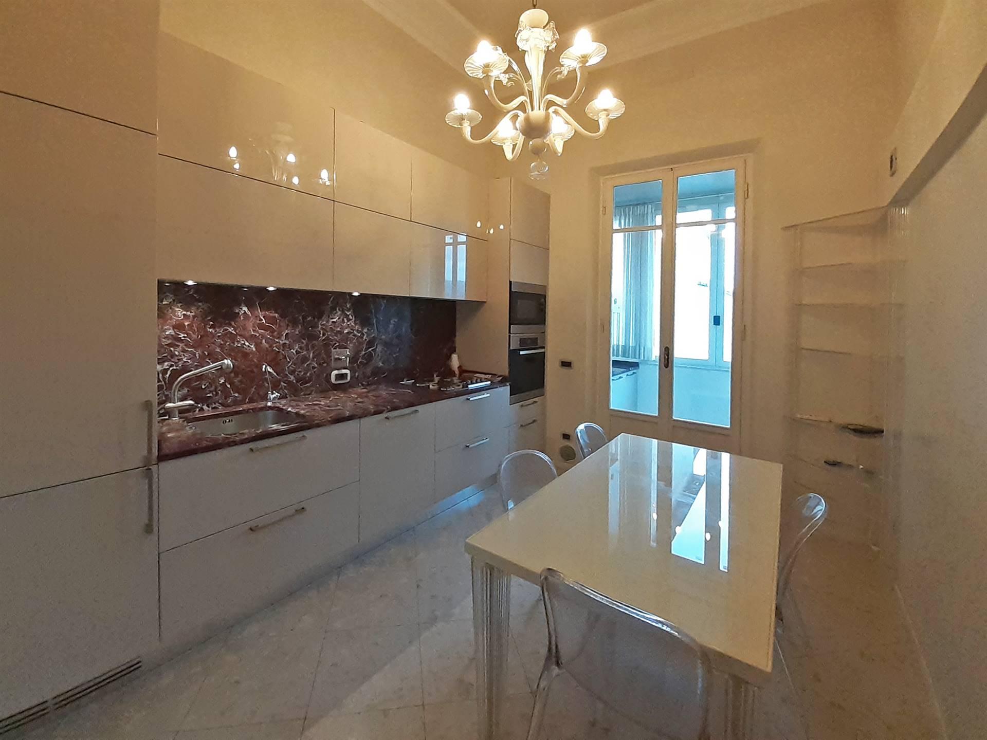 spaziosa cucina abitabile con balcone