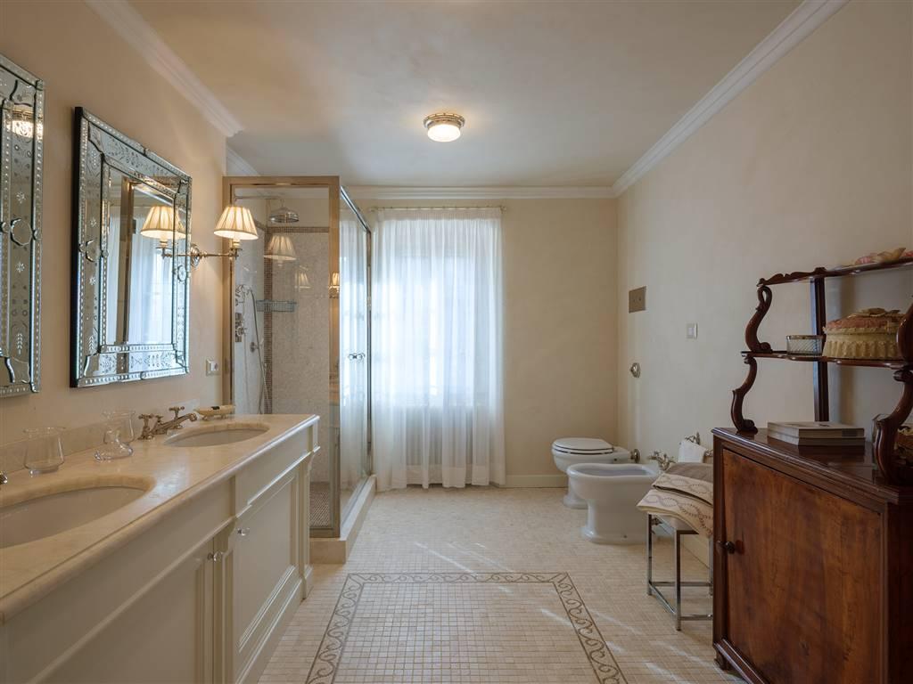 elegante bagno con doccia