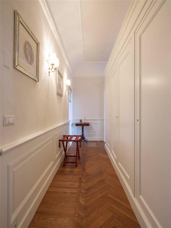 corridoio con armadi a muro