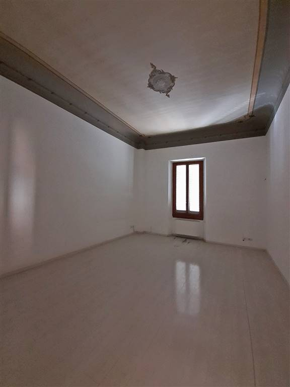 ampia stanza uso ufficio con soffitto affrescato
