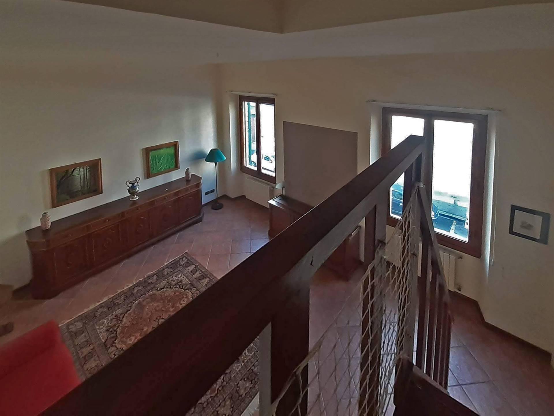 ampio e luminoso soggiorno con accesso al soppalco