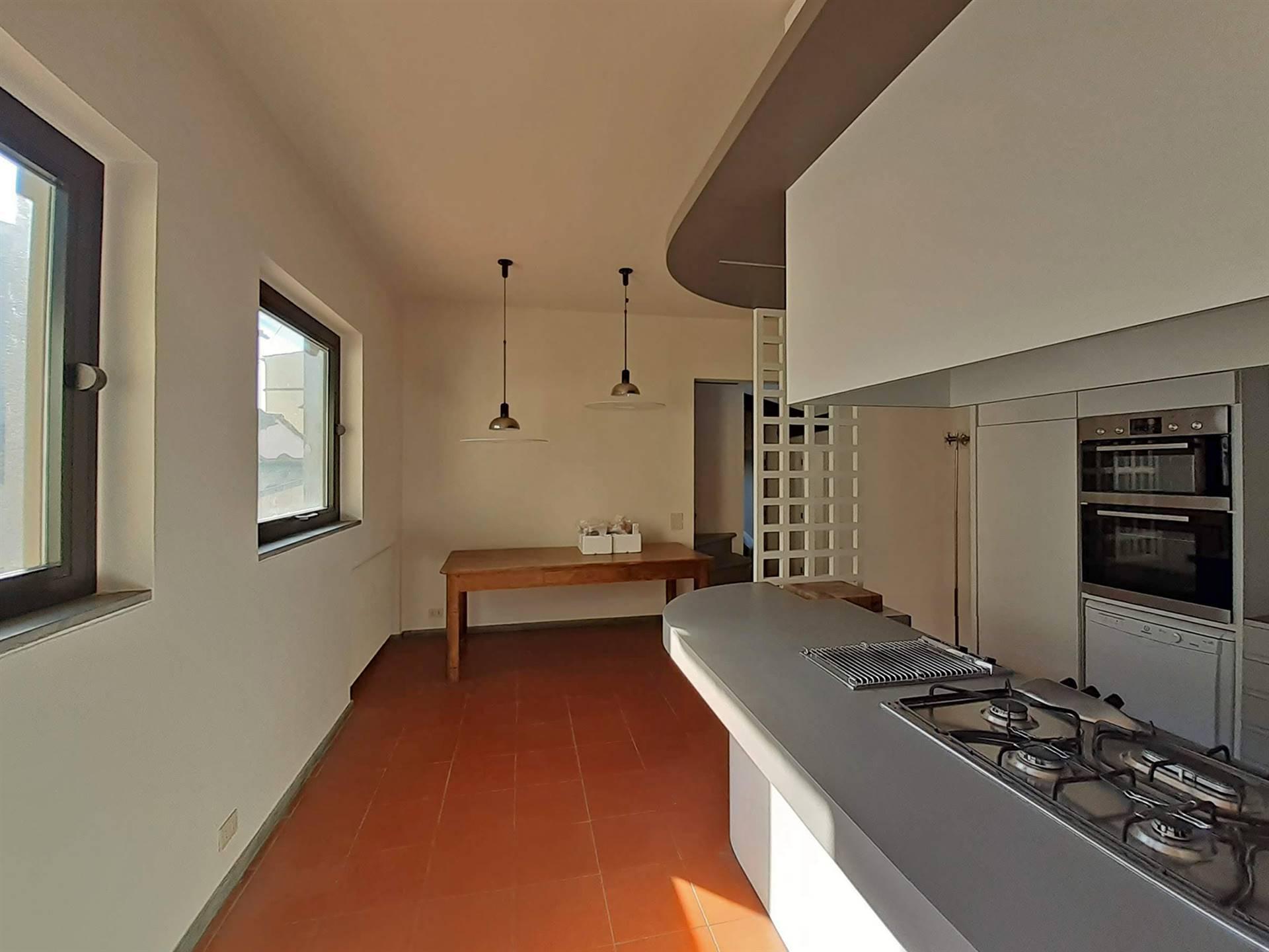 moderna cucina a vista con zona pranzo