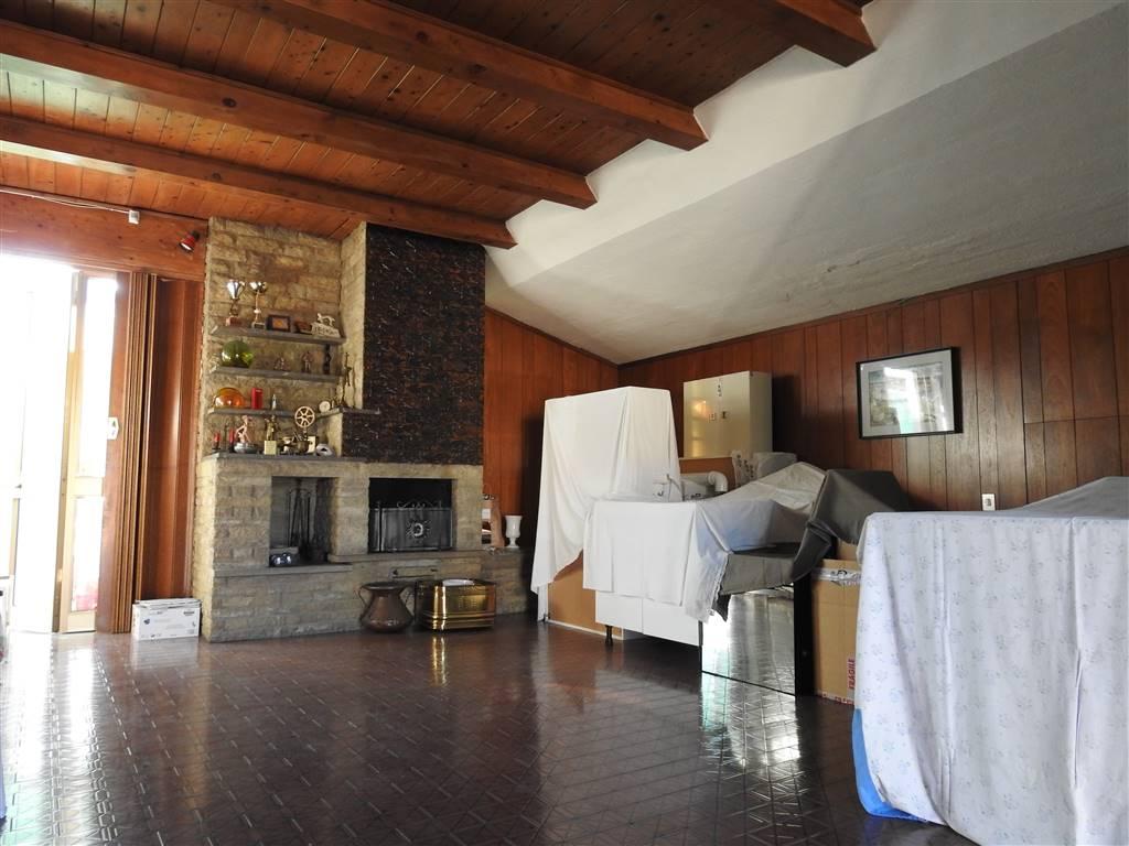 MEDAGLIE D'ORO, PRATO, Appartamento in vendita di 130 Mq, Buone condizioni, Riscaldamento Centralizzato, Classe energetica: G, Epi: 150 kwh/m2 anno,
