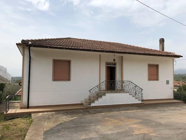 RIF. Graziosa abitazione con camino e corte esclusiva