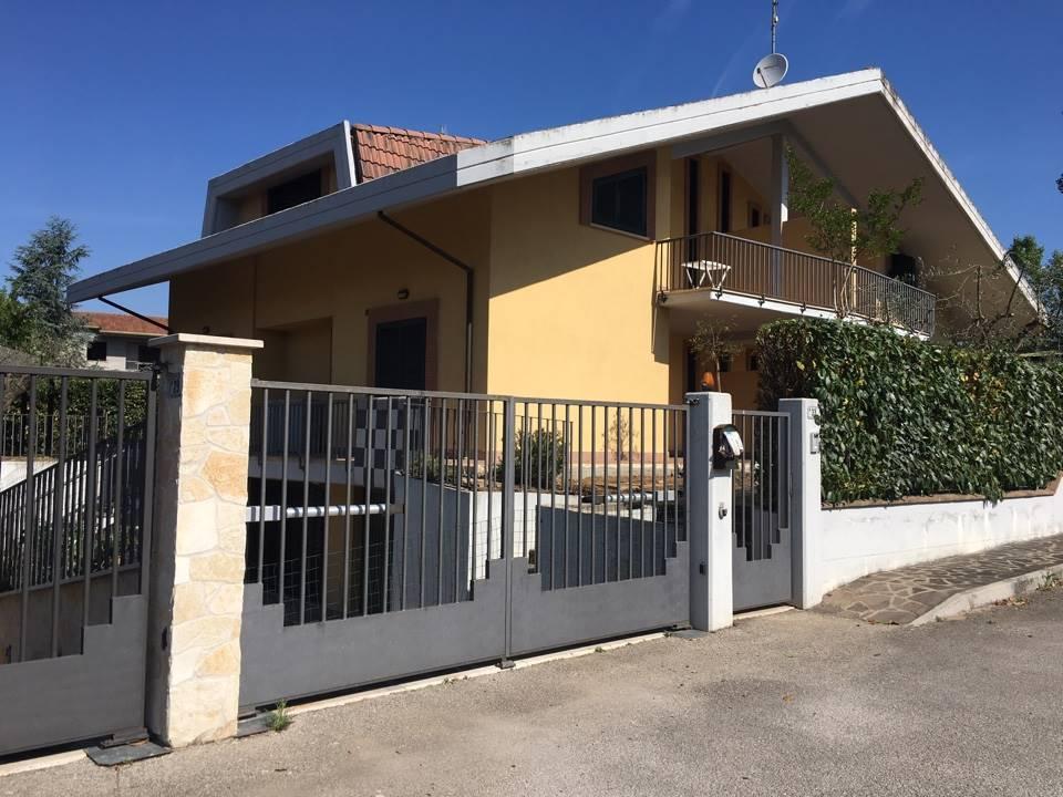 Villa Bifamiliare in affitto a Frosinone, 5 locali, zona Zona: Centro, prezzo € 1.000 | CambioCasa.it