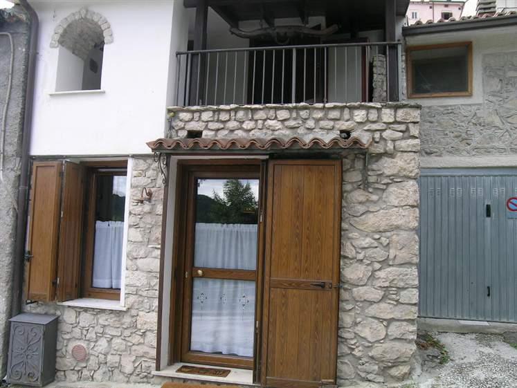 Casa semi indipendente in Rione Commercio, Scontrone