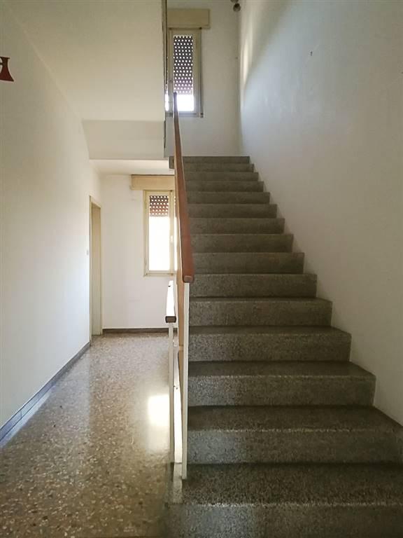 corridoio al piano rialzato e scala
