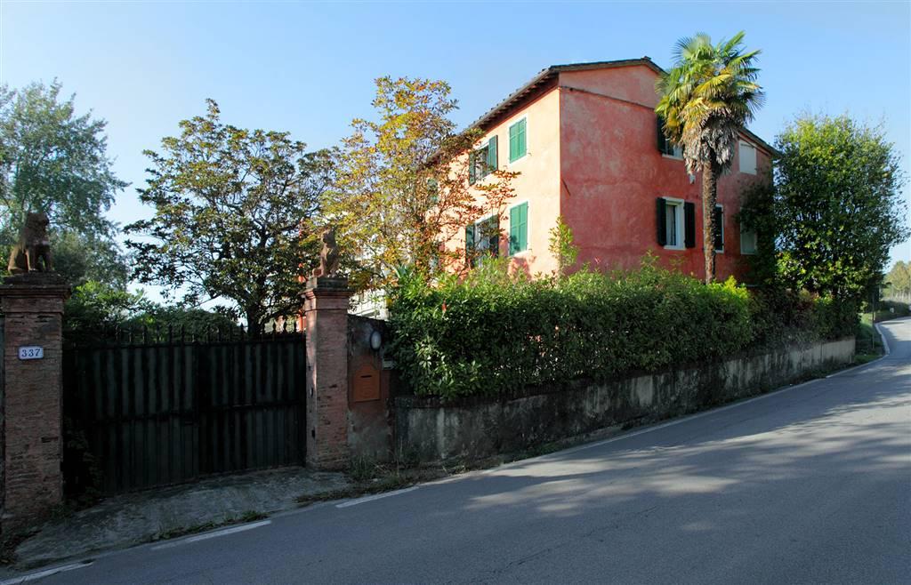 LUCCA ZONA MAULINA, villa con ampio giardino a pochi minuti dal centro città, in una delle zone più esclusive. La proprietà è composta da ingresso,