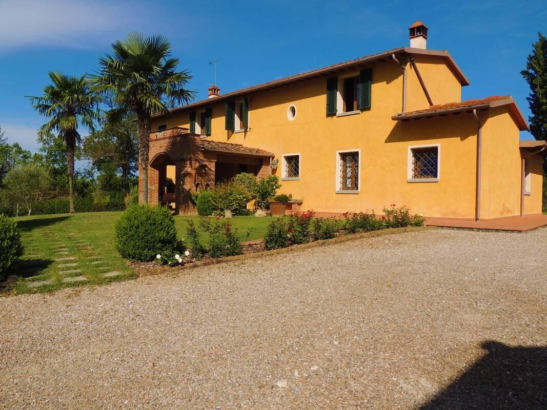 FUCECCHIO COLLINA, in zona residenziale, tranquilla e panoramica, a metà strada tra Lucca e Firenze, bel casolare in perfette condizioni, circondato