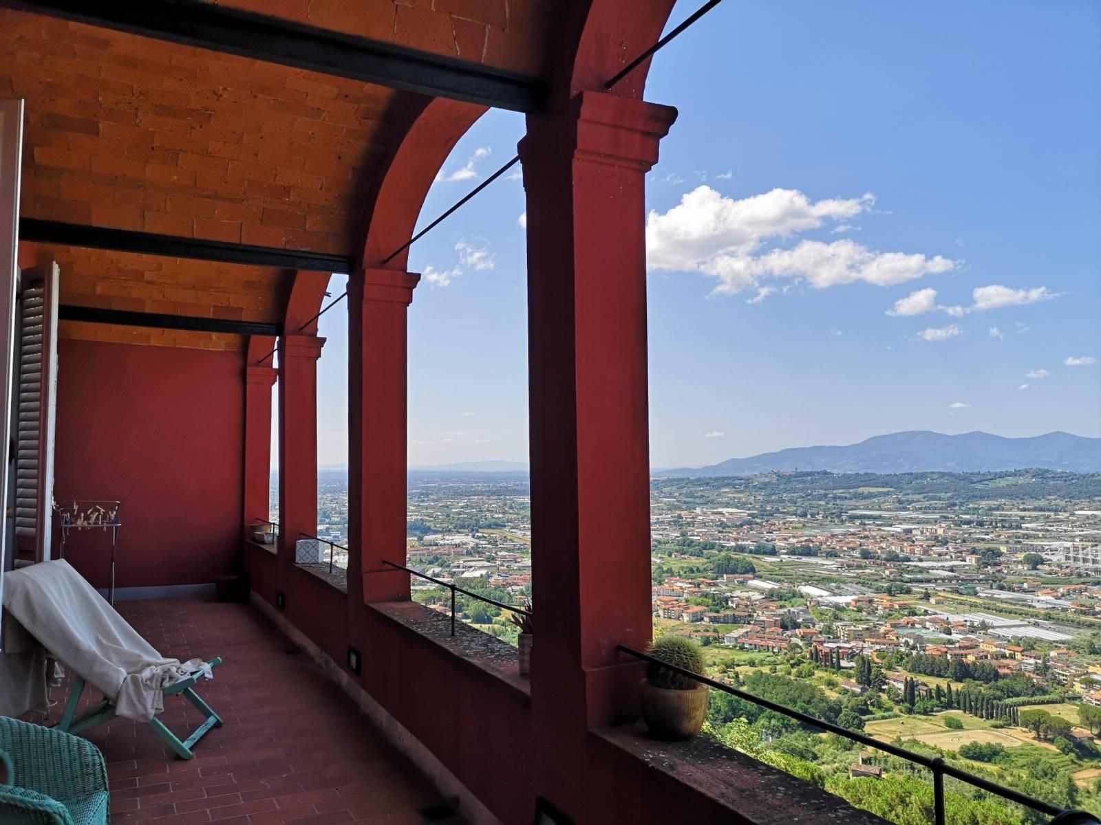 UZZANO CASTELLO, in contesto unico e in posizione molto panoramica, splendido palazzo risalente al 18° secolo e oggetto di una rispettosa