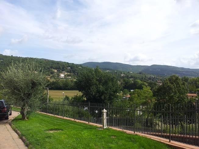 Ad 1 Km da Villa Severi, in posizione panoramica, appartamento al piano rialzato composto da ingresso, salone con caminetto, cucina, 3 camere, 2