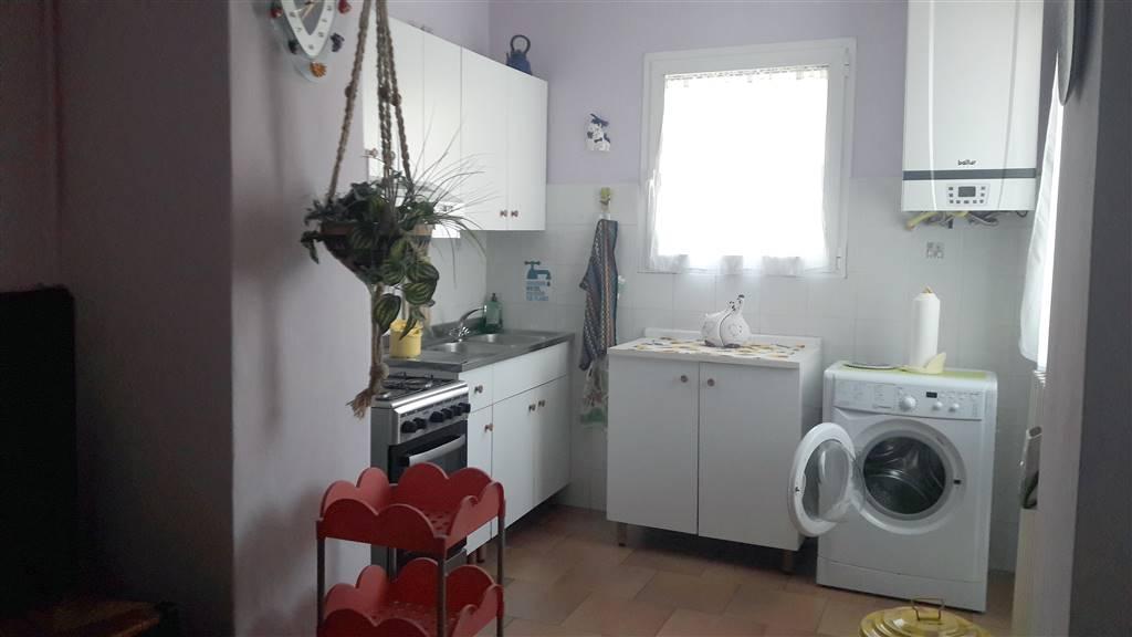 In villetta, appartamento al piano terra composto da ingresso, camera matrimoniale, bagno, salotto e cucina abitabile con ripostiglio. L'appartamento