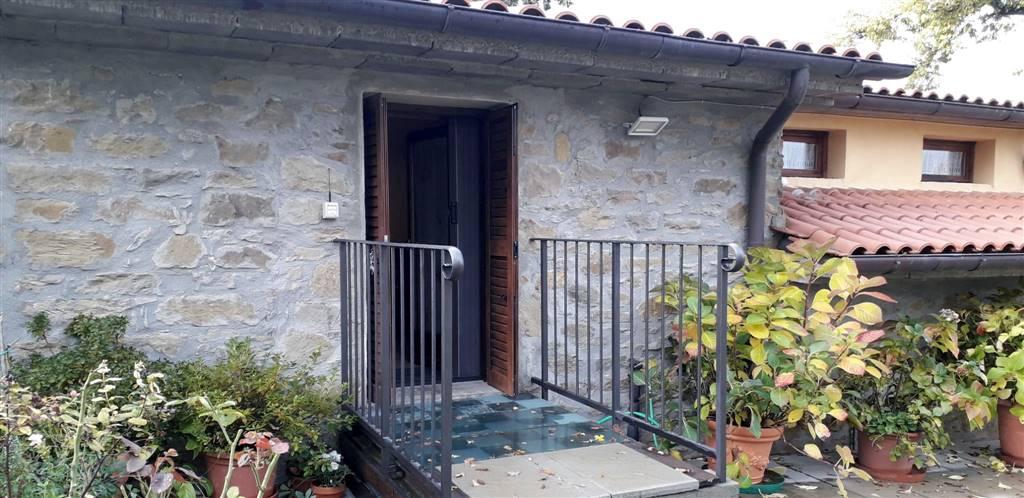 A 3 km dal paese di Capolona, in piccolo borgo tipico toscana ed in posizione panoramica e tranquilla, appartamento con ingresso indipendente