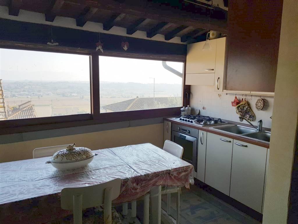 Nel centro storico di Monte San Savino, in piccola palazzina, appartamento al 3 piano composto da cucina, salotto/sala pranzo con camino, 2 camere,