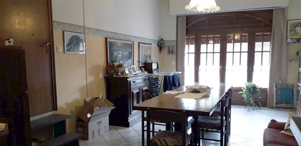 Capolona, zona centrale, appartamento, in piccola palazzina. P.terra- garage. Locale trasformato ed utilizzato a taverna con angolo cottura/soggiorno