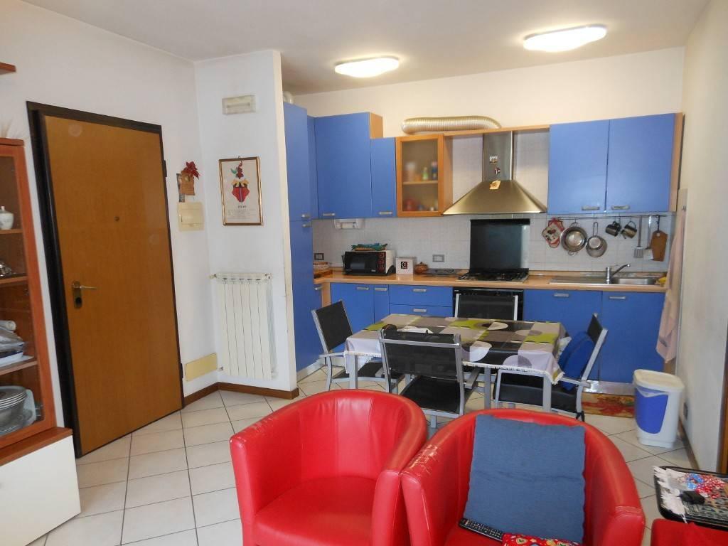 Bilocale arredato posto al piano primo di palazzo con ascensore e composto da: Ingresso-angolo cottura/soggiorno con balcone, disimpegno con armadio