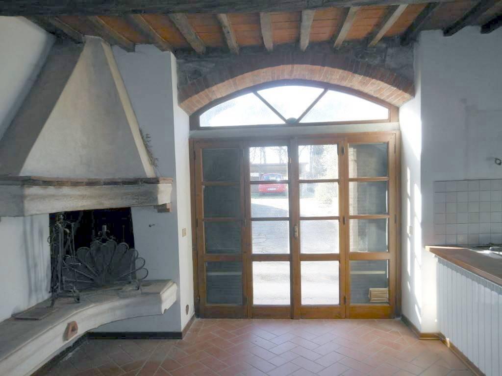 Terra tetto stile toscano disposto su 2 livelli fuori terra per un tot. di mq. 240 e composto da: P.Terra - Ingresso, soggiorno, pranzo con caminetto