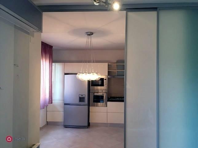 A 2 passi dal centro, in zona residenziale, appartamento su 2 livelli composto da: Cucina,salotto con terrazzo, bagno, ripostiglio, camera con