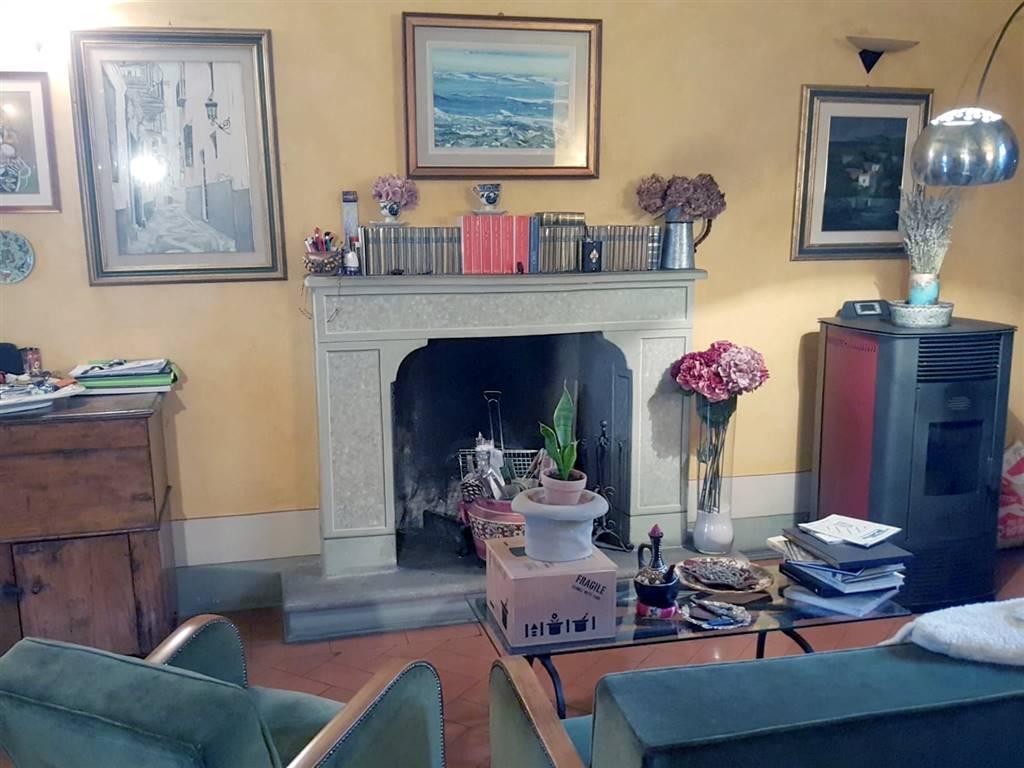 A pochi Km da Arezzo, all'interno di nobiliare villa cinquecentesca, in posizione tranquilla ed immersa nel verde della campagna toscana,
